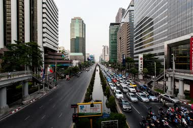 večer : Highway during evening to night with cars light in modern city in Bangkok , Thailand. Dostupné videozáznamy